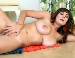 Valory Irene in Tropic Titillation