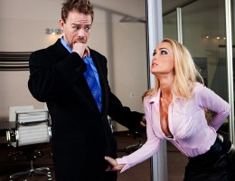 P.I. Erik Everhard has been called into an office to figure out who has been taking dirty pictures of the boss\' hot wife. Not long after settling in undercover, he gets an eyeful of the woman herself, pressing her amazing tits against her husband\'s glas
