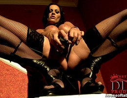 Naughty milf Sheila Grant dps herself in both tight holes!