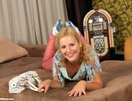 Young hottie masturbates in her bedroom with rubber toy
